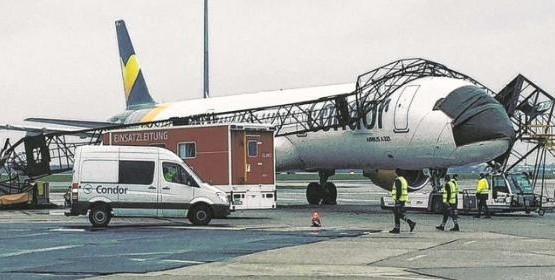 Condor Flugdienst A321 light pole crash