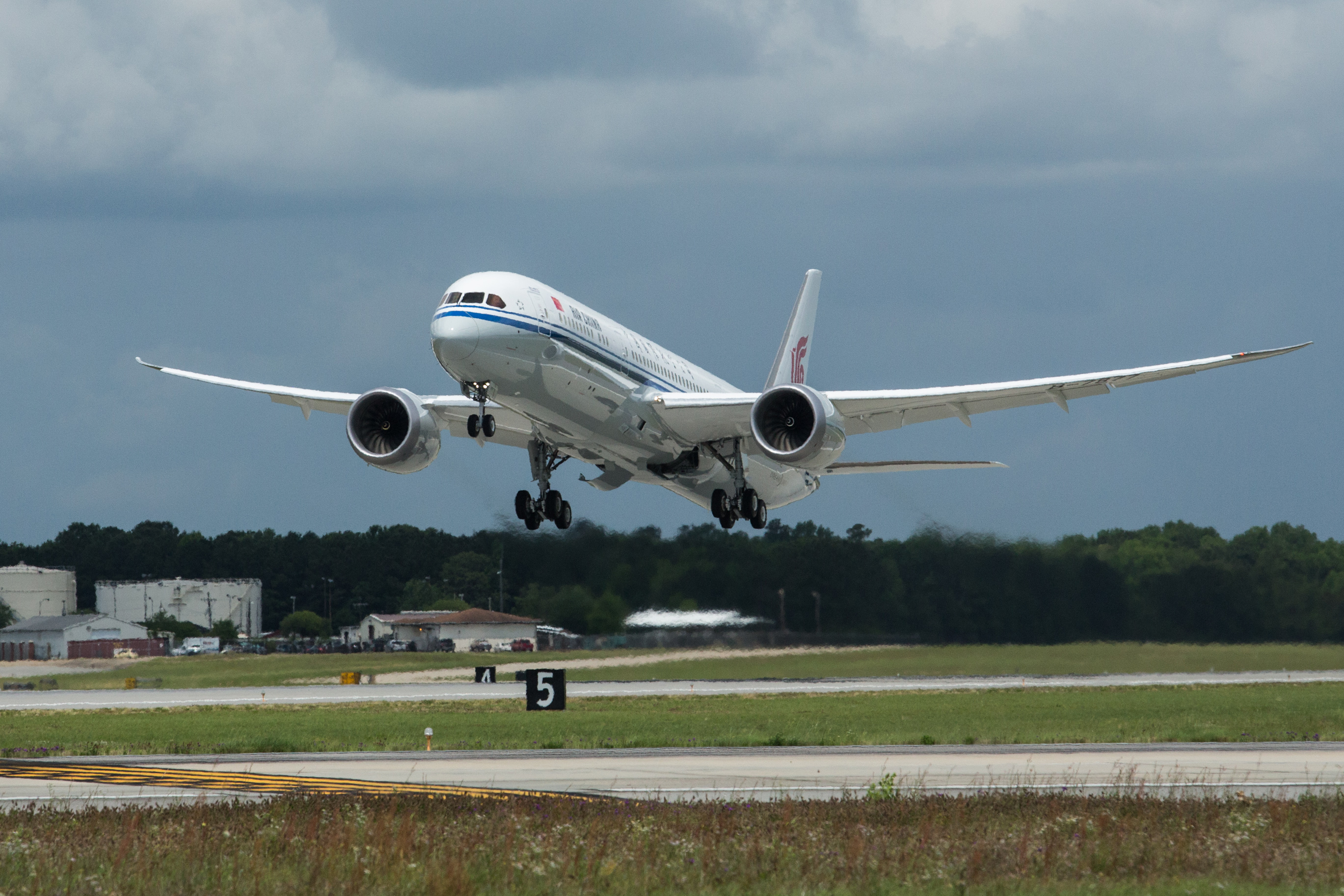 Air China; 787; landing; View from front right; K66550